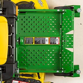 Aufsitzrasenmäher John Deere Z335E Die Fußstütze lässt sich für einen besseren Zugang zum Mäher (Z335E abgebildet) leicht entfernen