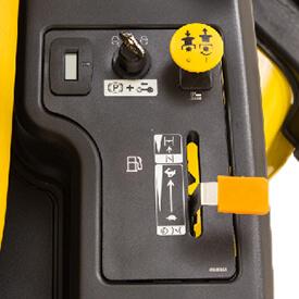 Aufsitzrasenmäher John Deere Z335E Die Bedienelemente sind dank farblicher Kennzeichnung leicht zu erkennen