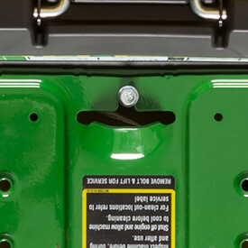 Aufsitzrasenmäher John Deere Z335E Schraube und Handgriff zum Entfernen der Fußstütze (Z335E abgebildet)