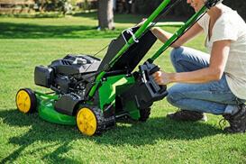 Benzin-Rasenmäher John Deere R43 Umstellung von Materialaufnahme auf Mulchen
