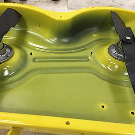 Rasentraktor John Deere X350 Unterseite des Accel Deep™ Mähwerks 42A
