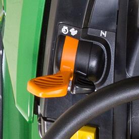 Aufsitzrasenmäher John Deere X 370 Gas- und Chokebetätigung