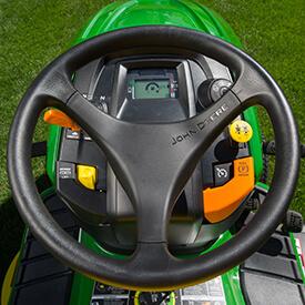 Rasentraktor John Deere X380 Komfortable Fahrerplattform