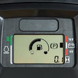 Aufsitzrasenmäher John Deere X590 Bequem positionierte Kraftstoffanzeige am Armaturenbrett
