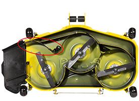 Rasentraktor John Deere X590 Fangklappe von MulchControl geöffnet