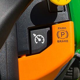 Aufsitzrasenmäher John Deere X380 Geschwindigkeitsautomatik für Taste auf dem Armaturenbrett