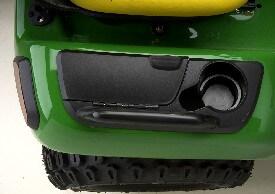 Aufsitzrasenmäher John Deere X590 Getränkehalter, Werkzeugkasten und Handgriff auf der Radabdeckung