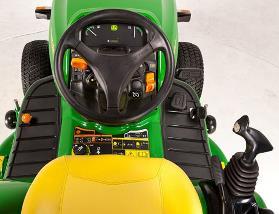 Aufsitzrasenmäher John Deere X950R Bedienelemente beim X950R