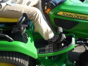 Aufsitzrasenmäher John Deere X950R Beinfreiheit auf der Fahrerplattform