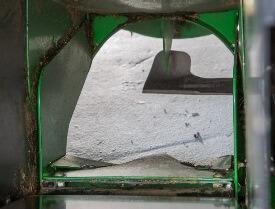 Aufsitzrasenmäher John Deere X950R Die Messerform unterstützt den Auswurf in den Grasfangbehälter