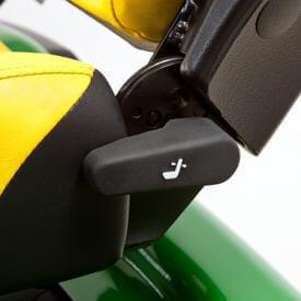 Aufsitzrasenmäher John Deere X950R Die Rückenlehne lässt sich bequem nach hinten neigen