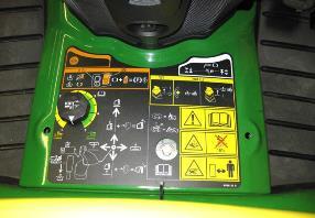Aufsitzrasenmäher John Deere X950R Die Schnitthöhenverstellung befindet sich in der Mitte der Fahrerplattform