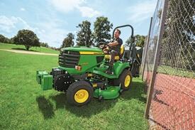 Aufsitzrasenmäher John Deere X950R Korrekte Spurhaltung und Stahlrahmen schützen den Grasfangbehälter