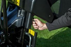 Aufsitzrasenmäher John Deere X950R Verriegelung des Rahmens bei geöffnetem Grasfangbehälter